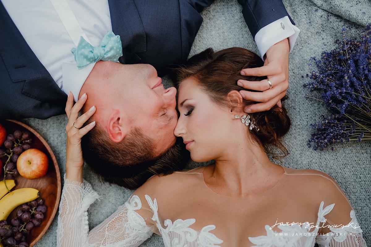 Portret pary ze ślubej sesji plenerowej.