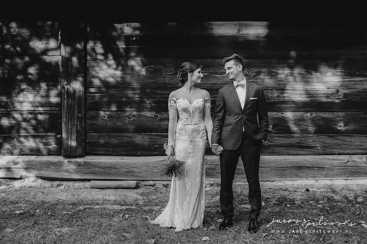 Para młoda na sesji ślubnej w skansenie.