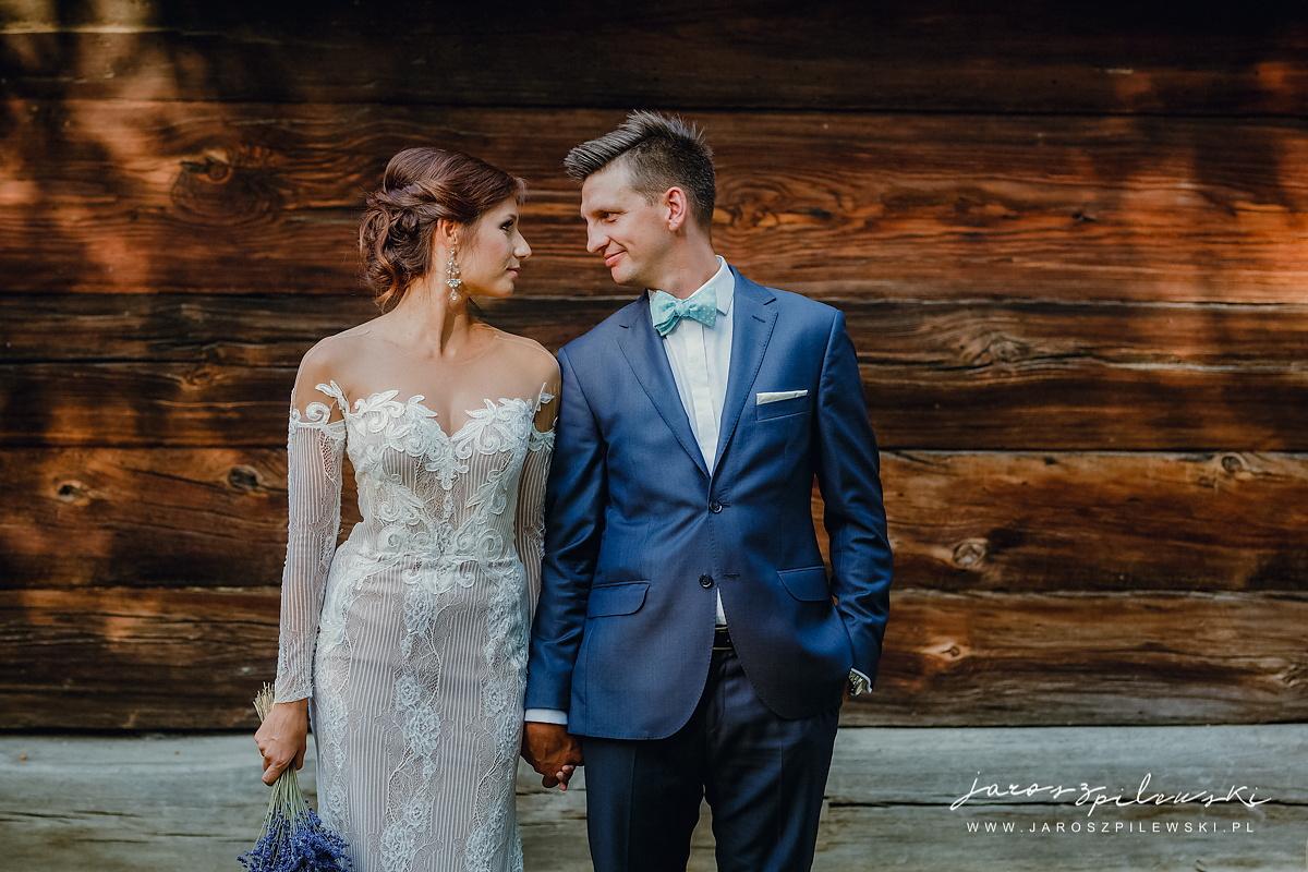 Para ślubna na sesji ślubnej w lubelskim skansenie.