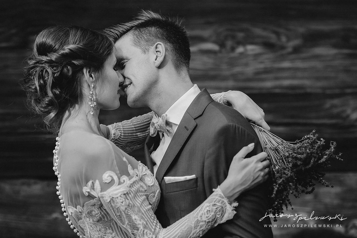 Romatyczny portret pary na sesji ślubnej.