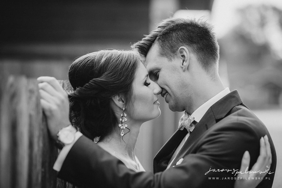Zdjęcie całującej się pary młodej.