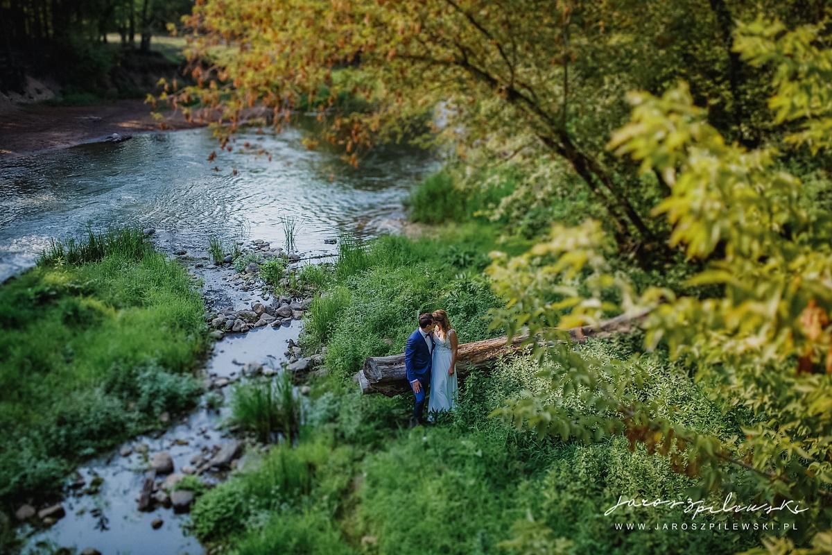 Sesja ślubna plenerowa nad rzeką, nad wodą.