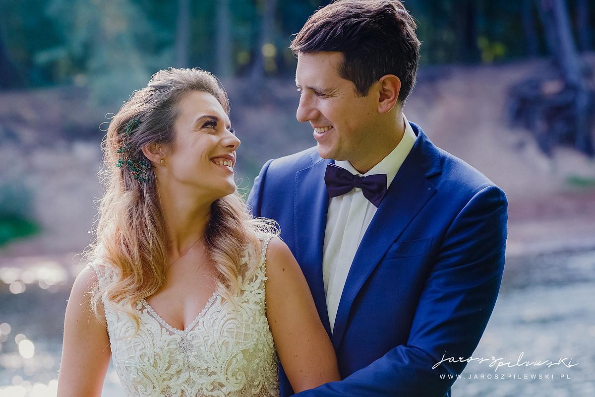 Portret młodej pary z sesji plenerowej.
