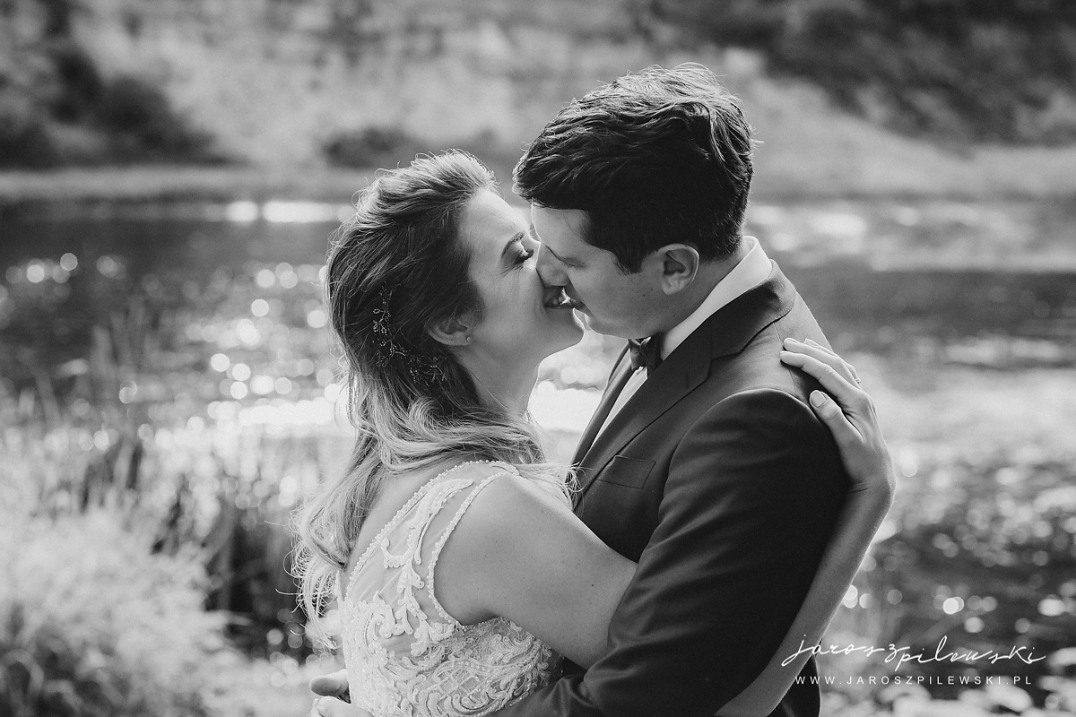 Całująca się romantycznie młoda para.
