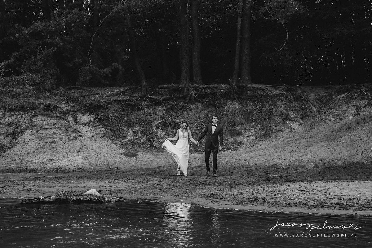 Para młoda nad rzeką. Ślubna sesja plenerowa.